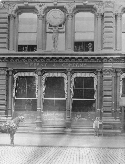 Eine der ersten öffentlichen Uhren in New York: 1853 ließ Charles Lewis Tiffany eine Atlas-Figur über dem Eingang seines Geschäfts anbringen