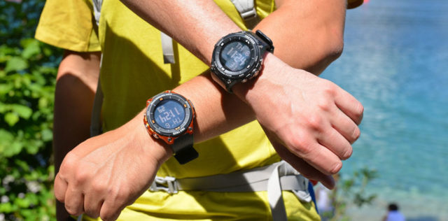 Die Casio Pro Trek Outdoor-Smartwatch WSD-F20 ist in Schwarz und Orange erhältlich. Im Bild ist das energiesparende Monochrom-Display aktiv.