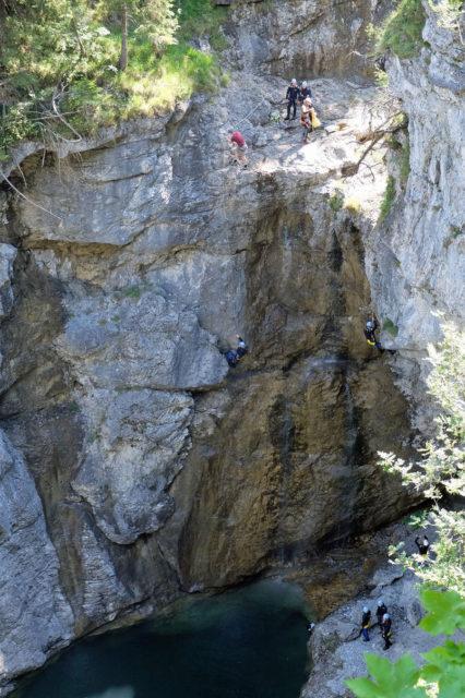 Sprünge ins eiskalte Bergwasser sind für die bis 5 Bar wasserdichte Casio WSD-F20 kein Problem