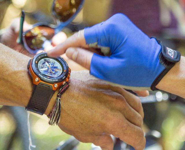 Die Casio Pro Trek Outdoor-Smartwatch WSD-F20 ist die einzige, die über ein Dual-Layer-Display verfügt. Im Bild ist das Farbdisplay aktiv