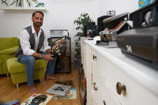 Die vielen Retrouhren sind kein Zufall: Alexander Krupp zu Hause mit seinen Schallplatten, Plattenspieler, historischen Kameras – und der TAG Heuer Monaco
