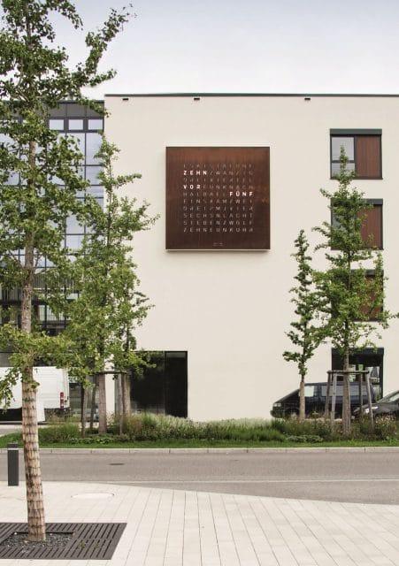 Biegert & Funk: Die größte Qlocktwo heißt Gamundia und hängt am Bahnhof von Schwäbisch Gmünd
