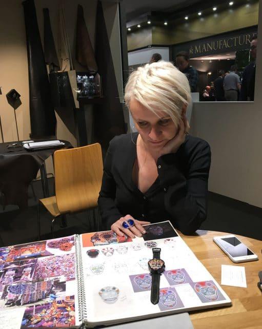 Fiona Krüger mit Skizzenbuch auf der Baselworld 2017