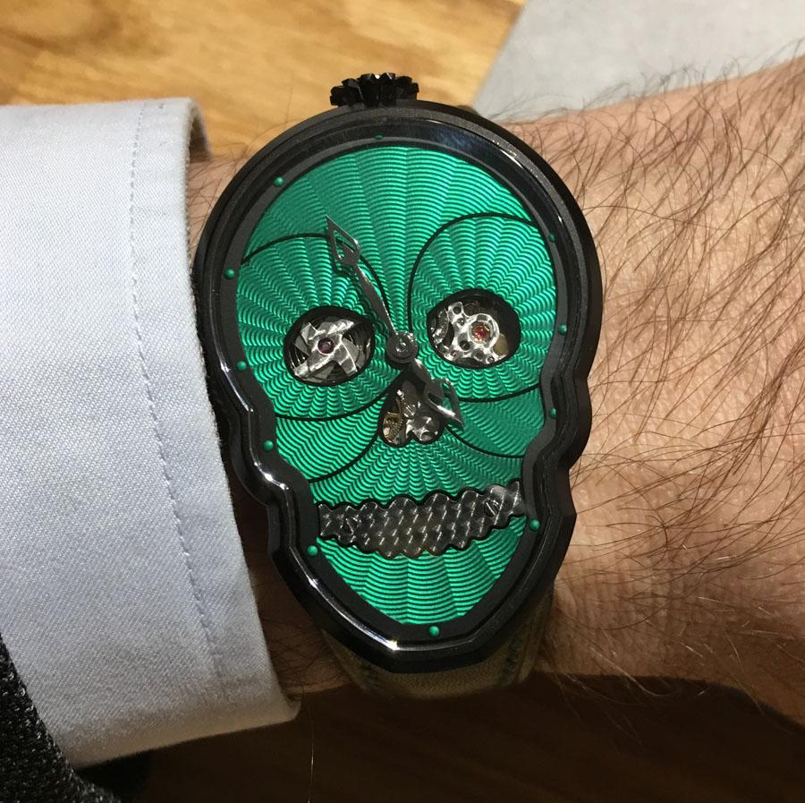 So sieht eine Skull Watch von Fiona Krüger am Handgelenk aus