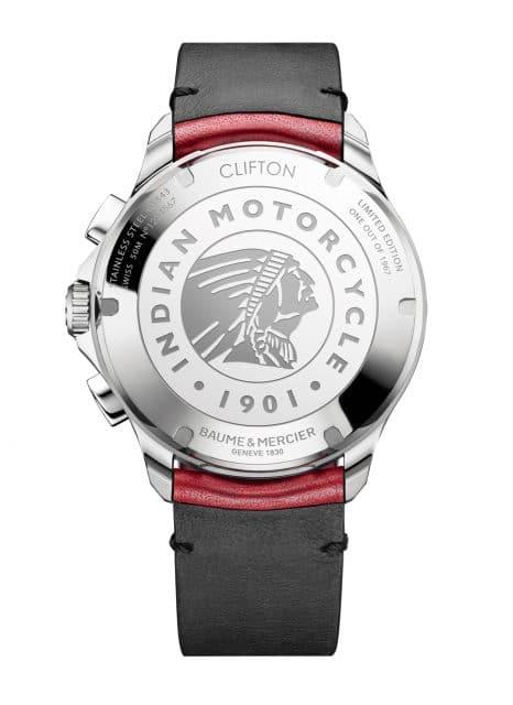 In den Gehäuseboden der Baume & Mercier Clifton Club Burt Munro Tribute Limited Edition sind das Indian Motorcycle Company-Logo mit dem Indianerkopf und die Nummer der limitierten Edition eingraviert