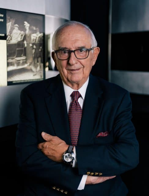 Jack Heuer trägt die von ihm entworfene TAG Heuer Autavia Jack Heuer 85th Anniversary