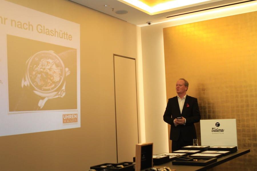 UHREN-MAGAZIN-Chefredakteur Thomas Wanka eröffnete den IBG-Exklusiv-Abend und erläuterte die Bedeutung Tutimas für die Geschichte Glashüttes.
