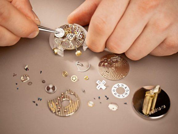 Uhrenservice bei A. Lange & Söhne: Das Uhrwerk wird komplett zerlegt, gereinigt, geölt, zusammengesetzt und einreguliert