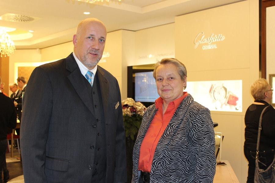 Dirk Kuhlmann, Geschäftsleiter von Pletzsch in Karlsruhe, mit Martina Richter, UHREN-MAGAZIN