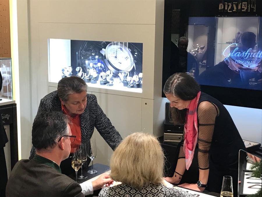 Martina Richter im Gespräch mit Gästen des Abends bei Juwelier Pletzsch