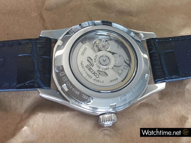Der Glasboden gibt den Blick auf das Uhrwerk der Seiko Presage Automatikuhr SPB069 frei