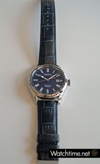 Die Seiko Presage Automatikuhr SPB069 wird am Krokodillederband getragen