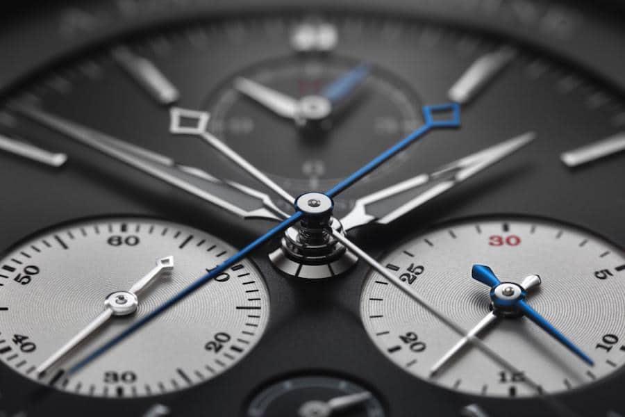 Die drei Rattrapante-Zeiger aus gebläutem Stahl setzen sich deutlich gegenüber den rhodinierten Chronographen-Zeigern ab.