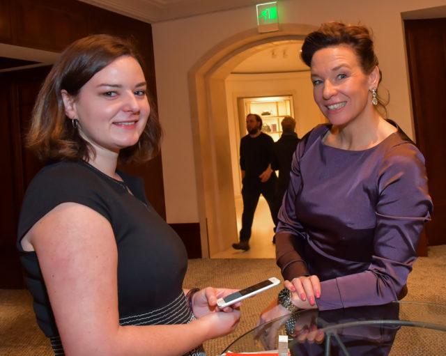 Modedesignerin Anja Gockel (rechts) im Gespräch mit Melissa Gößling, Redakteurin UHREN-MAGAZIN. Foto: Anja Gockel