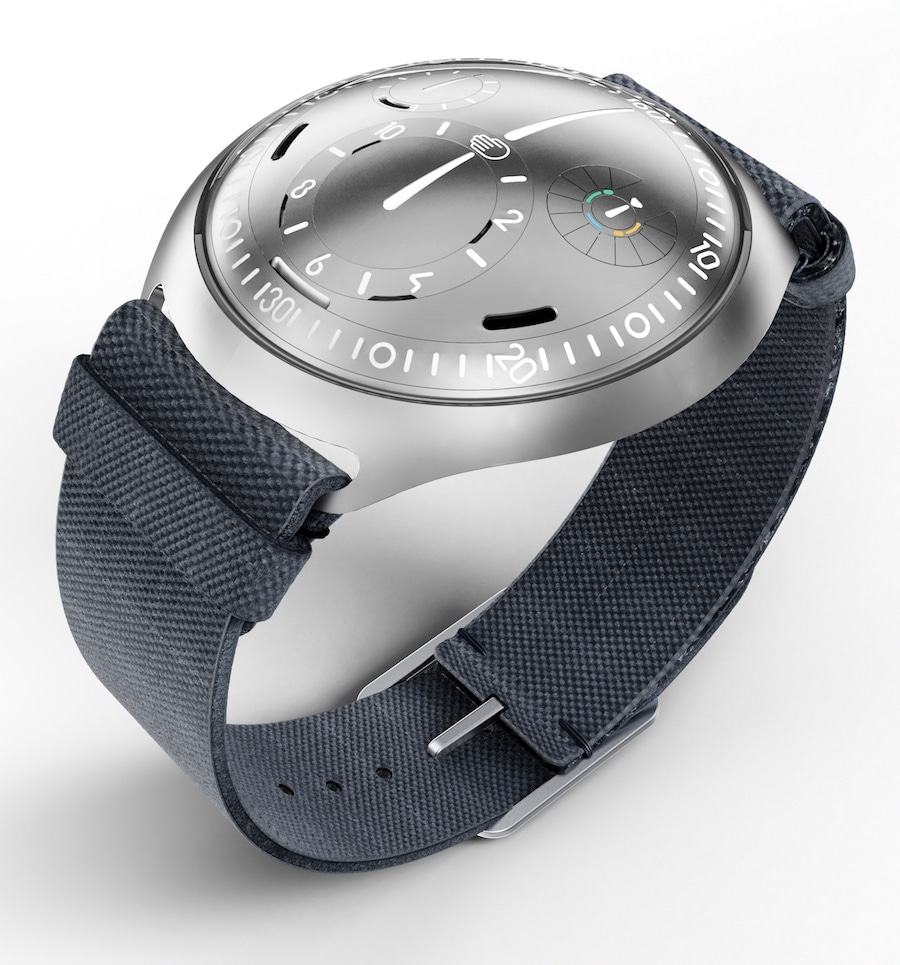 Die Ressence Type 2 mit e-Crown Concept-Uhr stellt sich selbst.