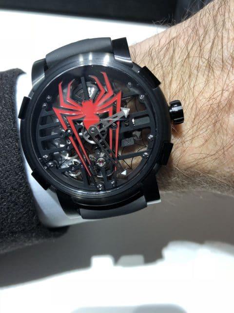 Wristshot: So liegt die Romain Jerome RJ x Spider-Man am Handgelenk aus