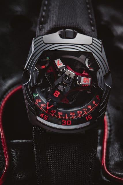 Rote Akzente bestimmen die UR-210 Black Platine von Urwerk.