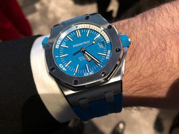 Wristshot: So sieht die türkisfarbene Version der Royal Oak Offshore Diver von Audemars Piguet am Handgelenk aus