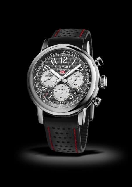 Platz 8 Chopard Mille Miglia: Erstmals seit mehreren Jahren kann Chopard mit einem Modell die Gunst der Uhrenliebhaber gewinnen. Die Mille Miglia schafft es gleich auf Platz 8 der beliebtesten Chronographen im deutschsprachigen Raum. Bereist seit 1988 ist die Schweizer Marke offizieller Sponsor des legendären Oldtimer-Rennens Mille Miglia. Und seither gibt es jedes Jahr ein limitiertes Uhrenmodell. Die aktuelle Mille Miglia 2018 Race Edition besitzt ein dunkelgraues Zifferblatt mit Zapfenschliff und Zähler, die historischen Armaturenbrettern nachempfunden sind. Für Antrieb in der 42 Millimeter großen Edelstahluhr sorgt das Automatikkaliber Eta 2894. Die auf 1.000 Stück limitierte Uhr ist für 5.170 Euro zu haben.