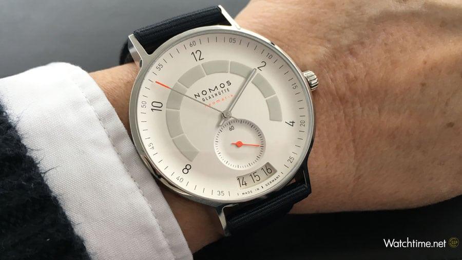 Nomos Glashütte: Autobahn neomatik Datum am Handgelenk von Redakteurin Martina Richter während des Tests