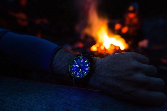 Leuchtstark: So sieht die Traser P68 Pathfinder Automatic bei Nacht aus