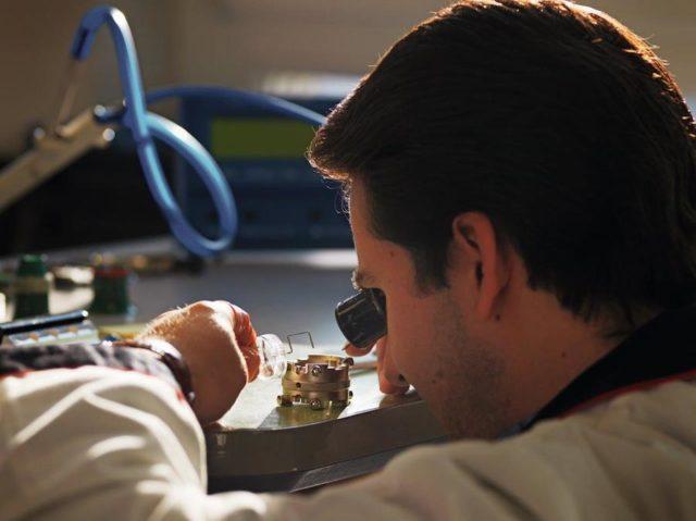 Der Juwelier Wempe betreibt in Hamburg und Glashütte Europas größte, herstellerunabhängige Uhrenwerkstatt.