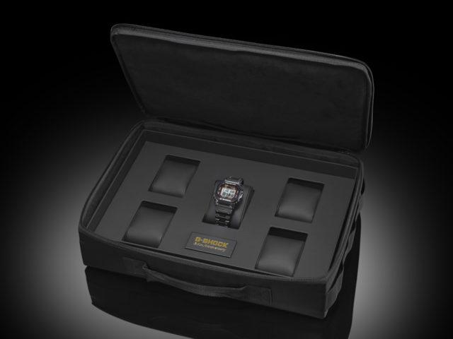 Die limitierte Casio G-Shock GMW-B5000TFC-1 wird mit einer Tasche der Marke Porter ausgeliefert.
