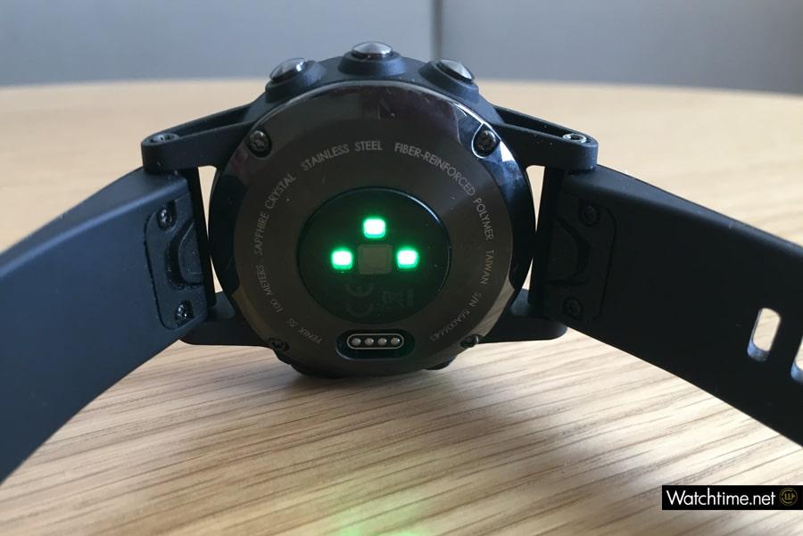 Auf der Gehäuserückseite der fēnix 5S messen drei optische Sensoren die Herzfrequenz des Trägers.