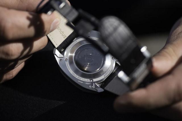 Das Eta-Automatikkaliber Valjoux 7750 mit Formex-Rotor liegt hinter einem getönten Saphirglasboden