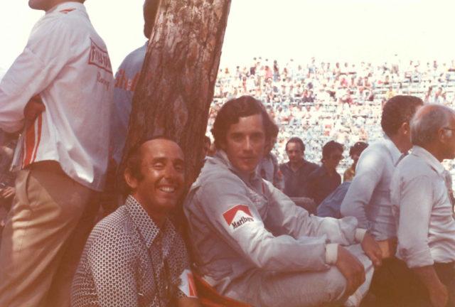 Jack Heuer 1973 beim Grand Prix von Monaco mit dem belgischen Formel-1-Rennfahrer Jacky Ickx
