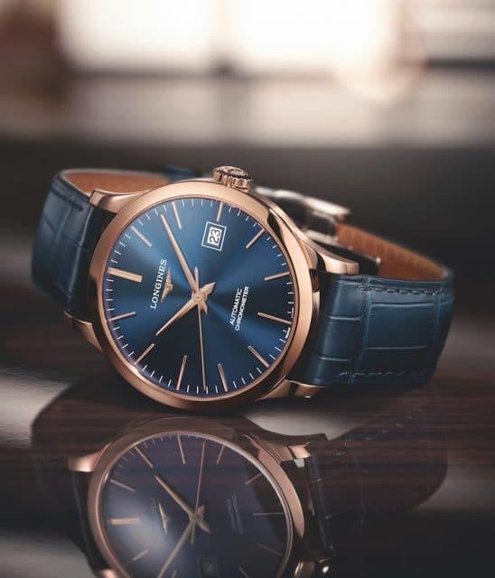 Die Longines Record in Roségold besitzt ein blaues Zifferblatt mit Sonnenschliff und ist als Chronometer zertifiziert.