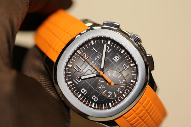 So sieht der Aquanaut Chronograph von Patek Philippe mit orangefarbenem Kautschukband live aus.