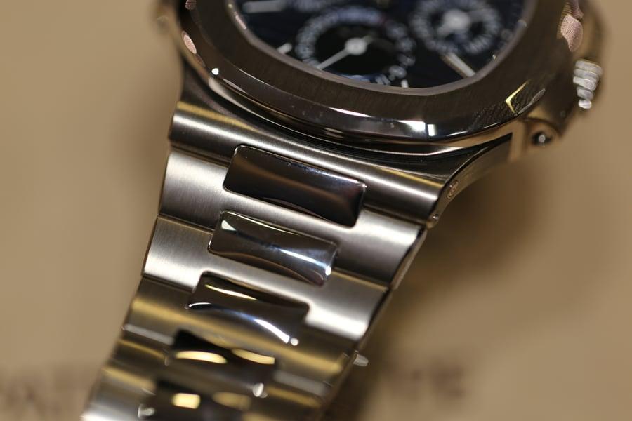 Auch das Armband der Patek Philippe Nautilus Ewiger Kalender, Referenz 5740/1G ist aus Weißgold.