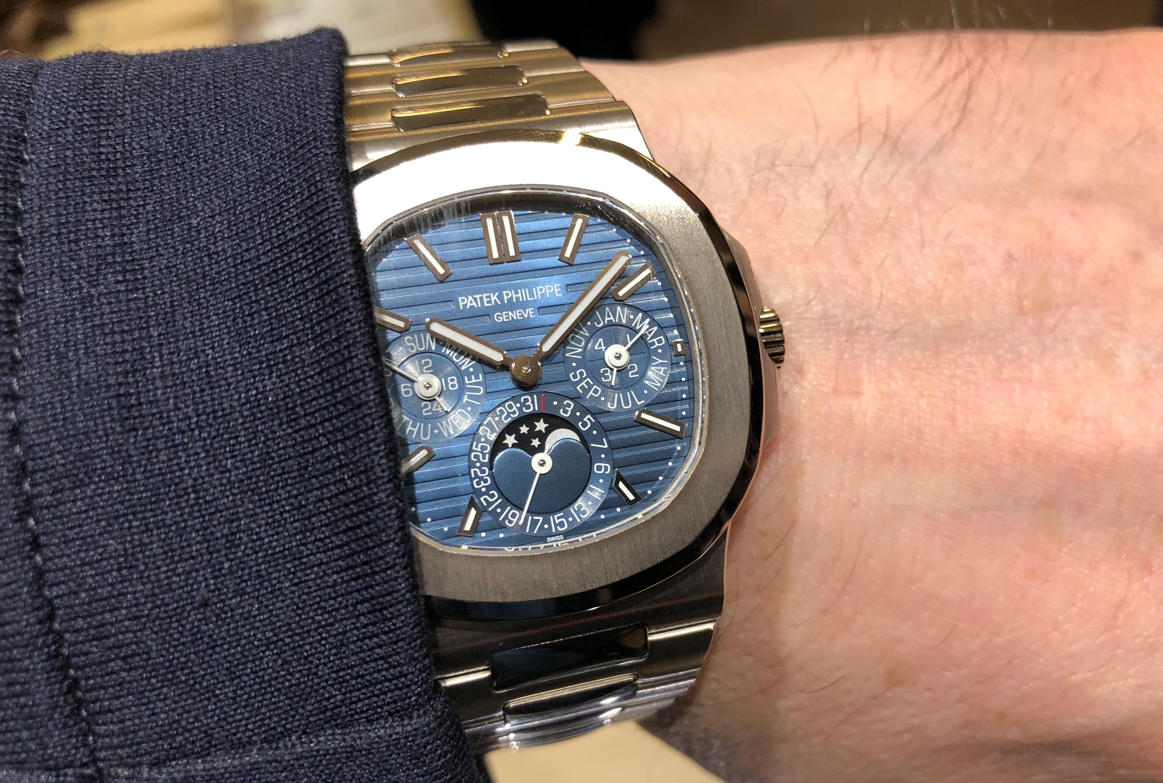 Wristshot der Patek Philippe Nautilus Ewiger Kalender, Referenz 5740/1G