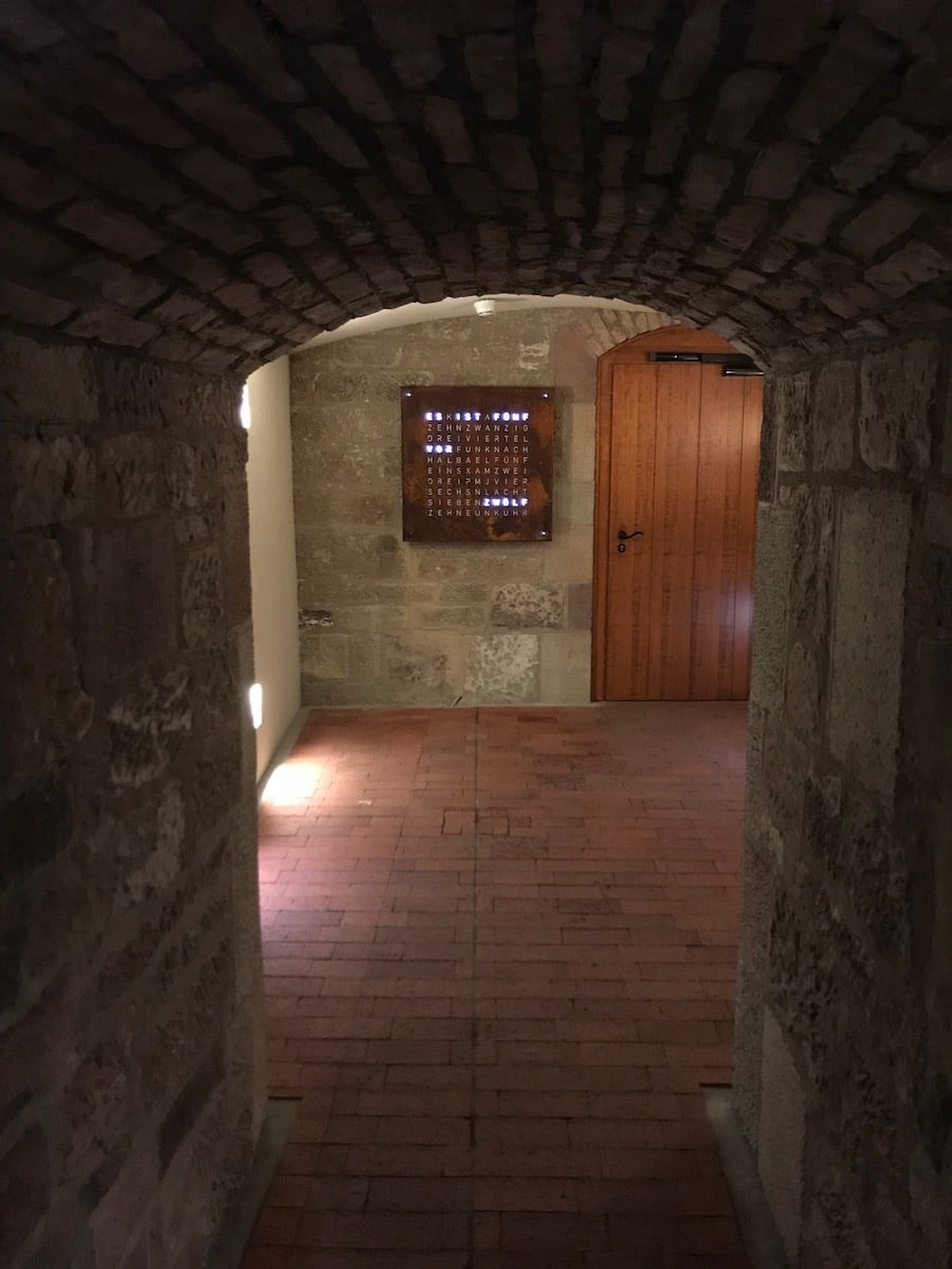 Im Gewölbekeller der Uhrensammlung hat die Qlocktwo Aufnahme unter die 700 Objekte gefunden.