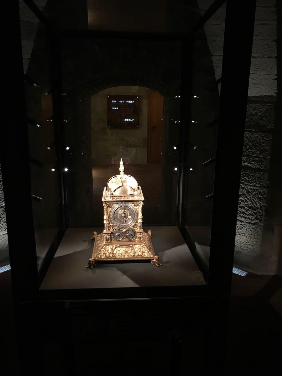 Die Qlocktwo schließt die Prunkuhrensammlung des Landesmuseums Württemberg im Alten Schloss in Stuttgart ab.