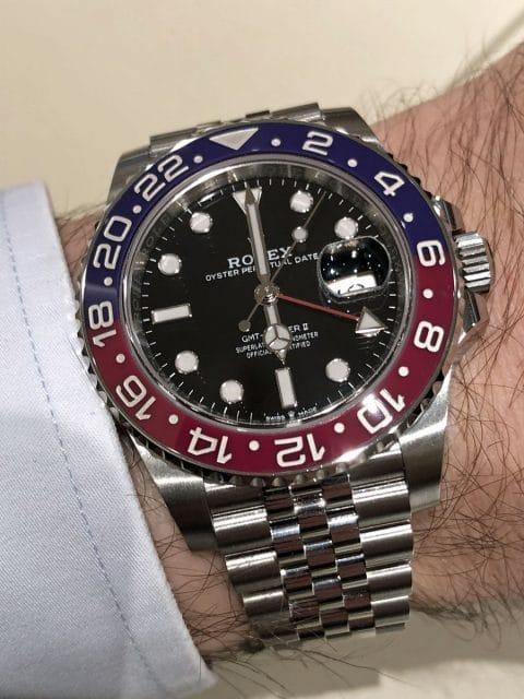 Wristshot der Rolex Oyster Perpetual GMT-Master II in Edelstahl mit Pepsi-Lünette am Jubiléband