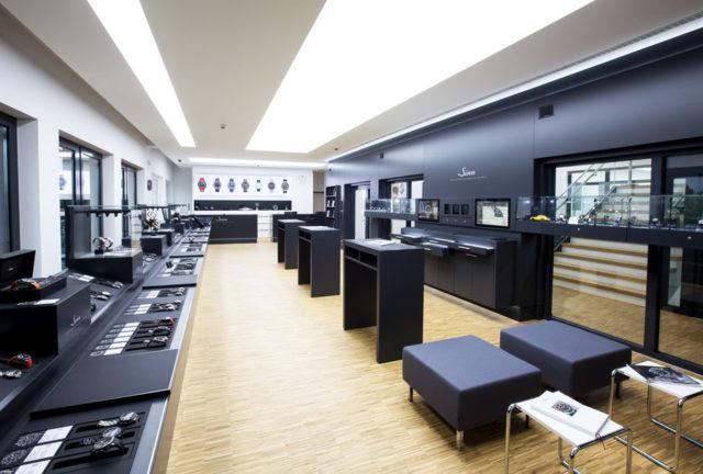 Der großzügige Ausstellungs- und Verkaufsraum im Hauptsitz in Frankfurt-Sossenheim