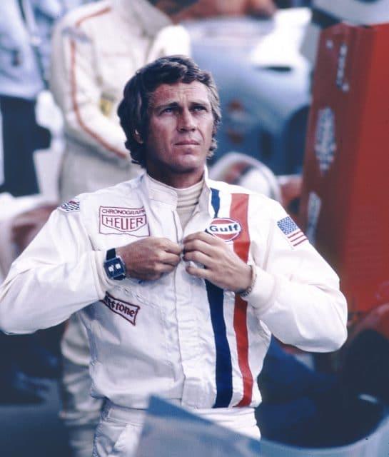 Steve McQueen bei den Dreharbeiten zum Film Le Mans mit Heuer-Logo auf dem Overall.