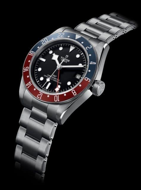 Die Tudor Heritage Black Bay GMT besitzt eine bordeauxfarbene und mattblaue Lünette.