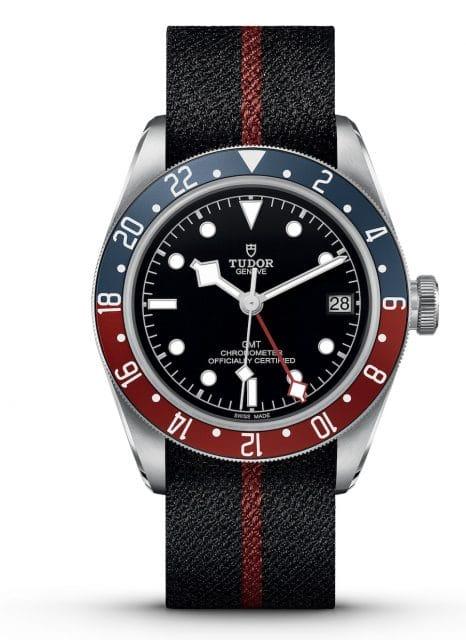 Das Textilband der Tudor Black Bay GMT besitzt einen bordeauxfarbenen Streifen und eine Stiftschließe.