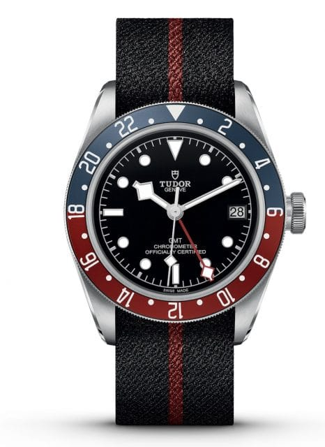 Ausgestattet mit einem zentralen roten Zeiger und 24-Stunden-Skala auf der Lünette für die zweite Zeitzone ist die neue Black Bay GMT von Tudor (Edelstahl, 41 mm, Manufakturwerk MT5652 Automatik, 3.330 Euro).