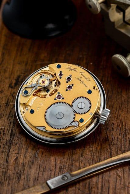 Cornehl Uhren veredelt das Handaufzugswerk Unitas 6498 und baut es zum Regulator um