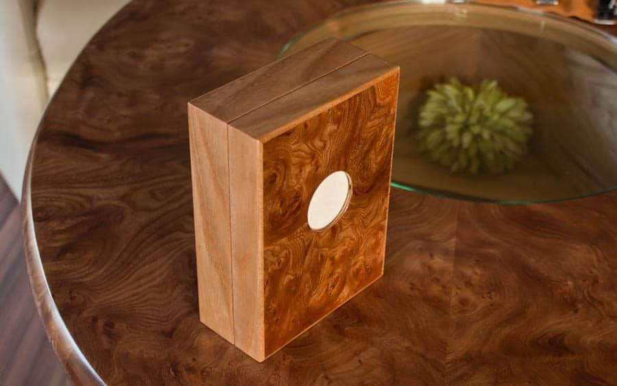 Die mitgelieferte Box aus Ulmenholz