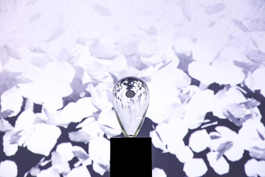 """Grand Seiko: Kunstinstallation """"Fluss der Zeit"""", der letzte Zylinder zeigt die fertige Grand Seiko-Uhr"""