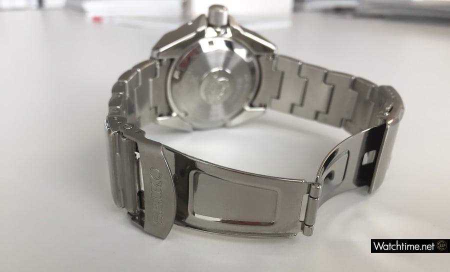 Die Bedienung des Armbandes und der Schließe erfordert viel Fingerspitzengefühl.