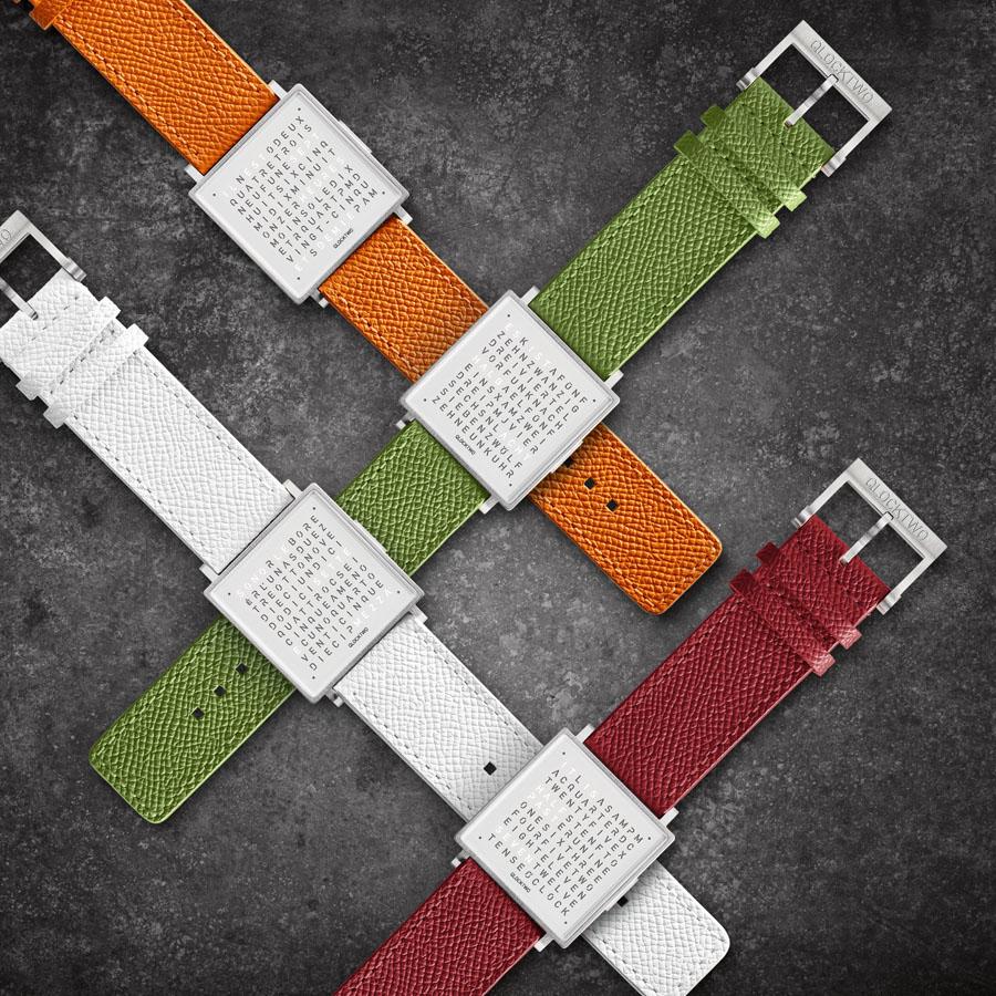 Auch mit farbigen Lederbändern erhältlich: die QlockTwo W35 Pure White
