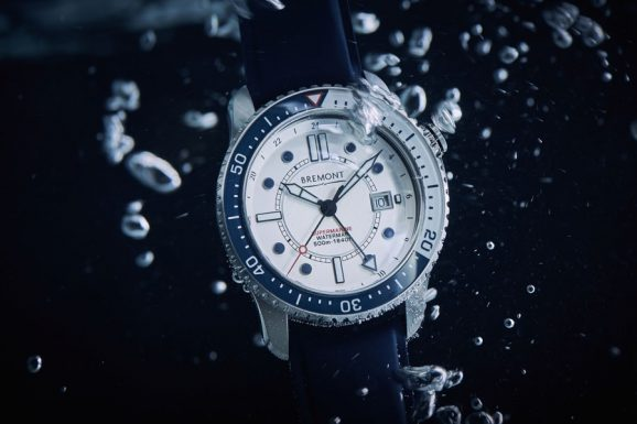 Die Waterman von Bremont bietet eine zweite Zeitzone in Form eines 24-Stunden-Zeigers mit dreieckiger Leuchtspitze (Edelstahl, 43 mm, Eta 2893, Automatik, 4.995 Euro)