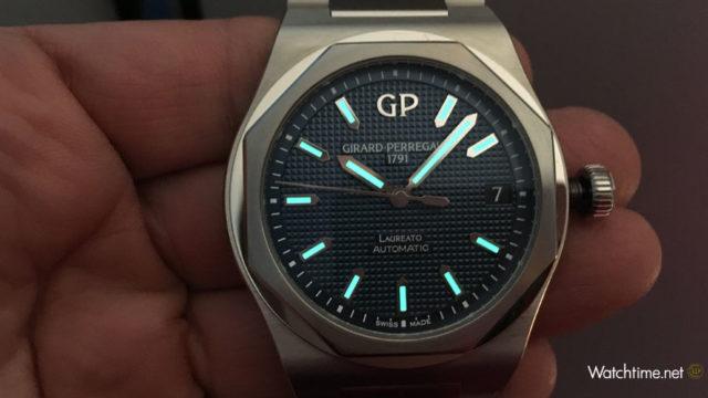 Girard-Perregaux: Laureato 42 mm Automatic bei Dunkelheit