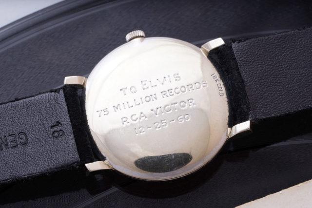Die Gravur auf dem Gehäuseboden der Elvis-Presley-Uhr. Foto: Phillips